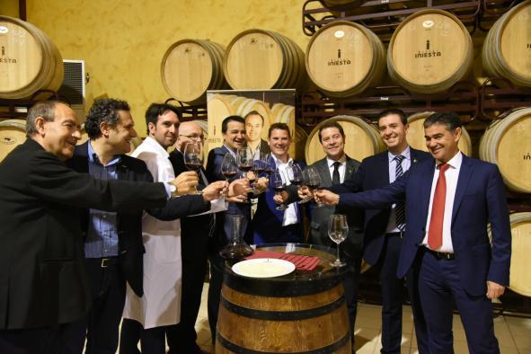 El presidente de Castilla-La Mancha, Emiliano García-Page, brinda con bodegueros de la provincia de Albacete