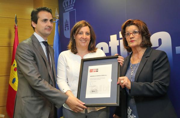 La consejera de Economía, Empresas y Empleo, Patricia Franco, entregando el sello EIBT
