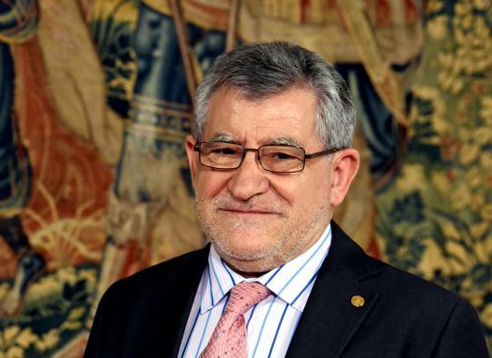 El presidente de Castilla-La Mancha, Emiliano García-Page, firmando este jueves el decreto de nombramiento del nuevo consejero de Educación, Cultura y Deportes, Ángel Felpeto,