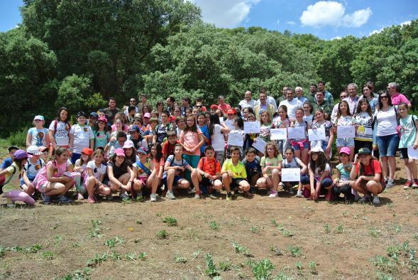 El consejero de Agricultura, Medio Ambiente y Desarrollo Rural, Francisco Martínez Arroyo, ha celebrado el Día Mundial del mediambiente con niños en el Parque natural de las Lagunas de Ruidera