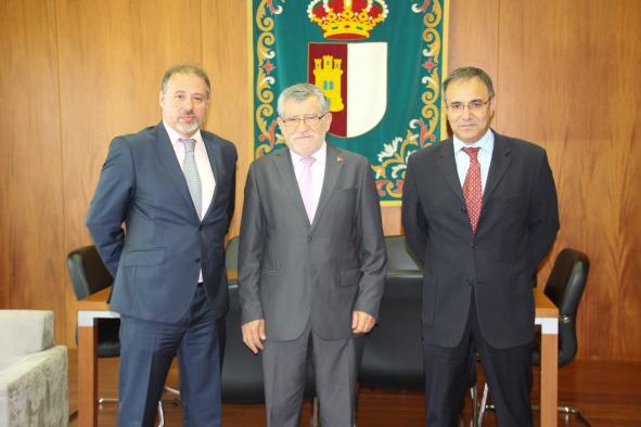 El consejero de Educación, Cultura y Deportes, Ángel Felpeto, junto a Fernando Luis Fontes, nuevo director del Museo de Santa Cruz