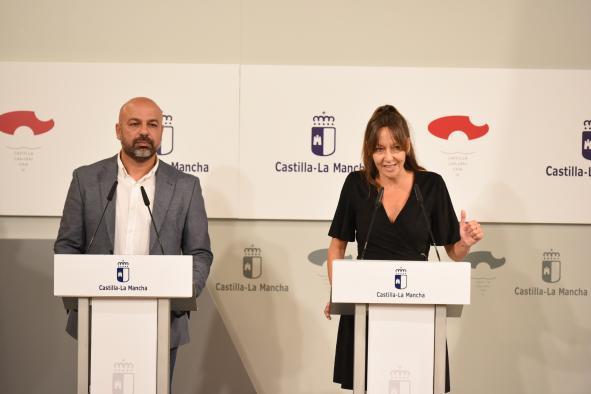 El vicepresidente segundo del Gobierno de Castilla-La Mancha, José García Molina, y la consejera del Plan de Garantías Ciudadanas, Inmaculada Herranz, comparecen, en el Palacio de Fuensalida de Toledo