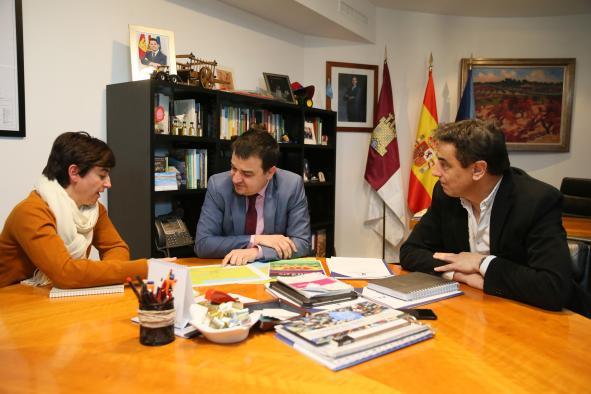 El consejero de Agricultura, Medio Ambiente y Desarrollo Rural, Francisco Martínez Arroyo, mantiene una reunión con la responsable de la campaña antinuclear de Greenpeace