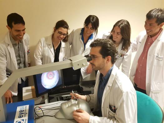 El Servicio de Oftalmología de la Gerencia de Alcázar de San Juan utiliza un simulador quirúrgico digital para la formación de residentes