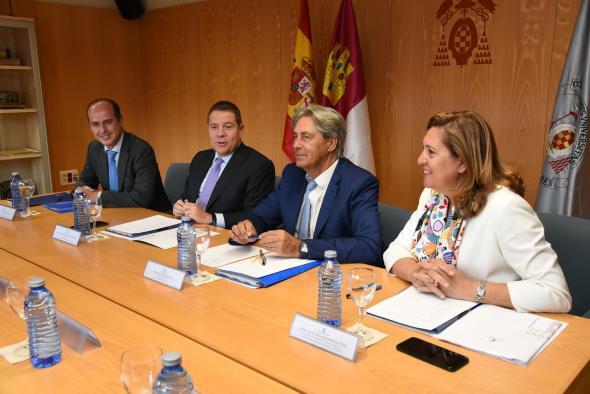 El presidente de Castilla-La Mancha, Emiliano García-Page, se reúne con el rector de la universidad alcalaína, José Vicente Saz