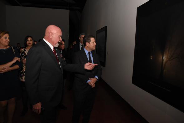 Emiliano García-Page Sánchez Inauguración de la exposición fotográfica de Carolyn Marks Blackwood, titulada 'The Story Series'