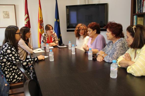 El Gobierno regional destaca el trabajo de asociaciones como 'María de Padilla' en la lucha contra la violencia de género