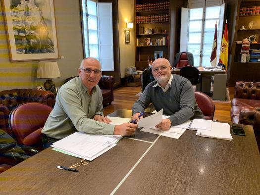 Reunión del delegado de la Junta, Pedro Antonio Ruiz Santos con alcalde de Viveros
