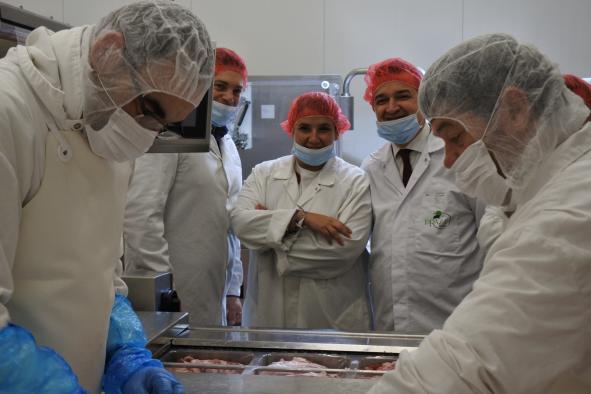 El consejero de Agricultura, Agua y Desarrollo Rural, Francisco Martínez Arroyo, visita las instalaciones de la empresa agroalimentaria DeRaza Ibérico S.L