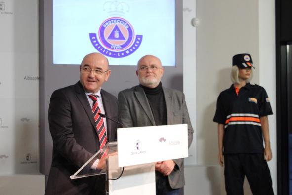 El Gobierno regional entrega 525 uniformes para los voluntarios de 42 agrupaciones de Protección Civil