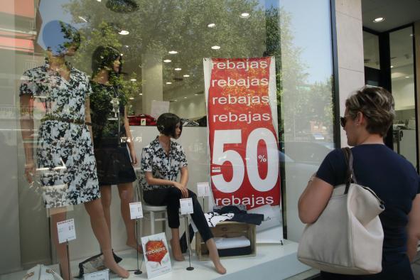 El Gobierno de Castilla-La Mancha recuerda que las rebajas implican una reducción en los precios, pero no una disminución de los derechos de las personas consumidoras