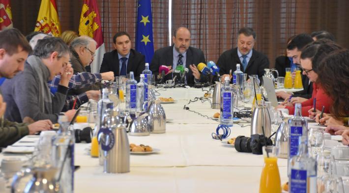 El vicepresidente de Castilla-La Mancha ofrece un desayuno informativo en el hotel NH Cuenca