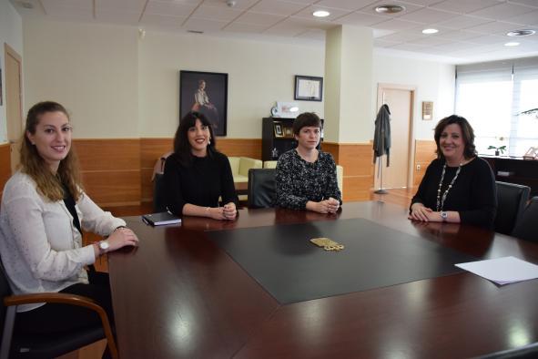 Patricia Franco recibe a Verónica León y Alicia Gómez, las dos jóvenes albaceteñas beneficiarias de las becas de internacionalización del IPEX