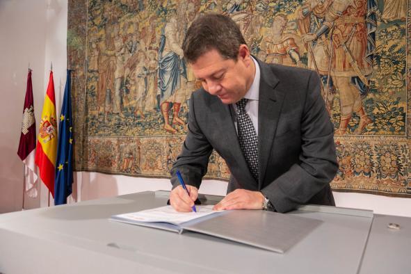Firma el Plan de Medidas Extraordinarias para la recuperación económica de la región (Presidente firma)
