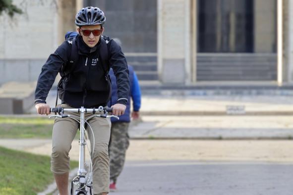 El trialtleta Fernando Alarza apoya la iniciativa del Gobierno regional para fomentar el uso de la bicicleta