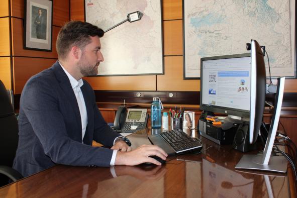 El delegado provincial de Fomento, Julen Sánchez en su despacho