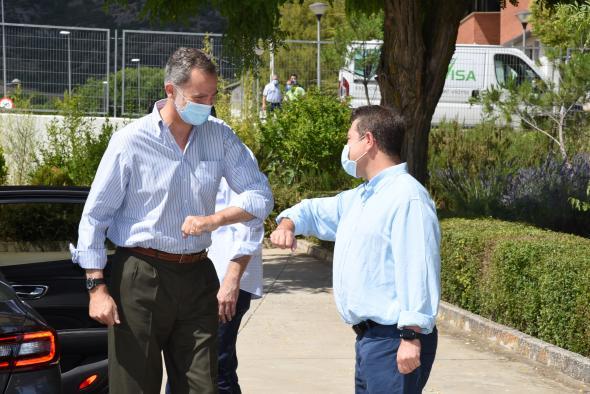El presidente de Castilla-La Mancha, Emiliano García-Page, acompaña a los Reyes de España en su visita institucional a las instalaciones de ASPADEC (Cuenca)