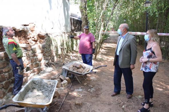 El director general de Programas de Empleo, José Luis Cabezas, visita a los trabajadores del Plan de Empleo de Santa Cruz Mudela que realizan trabajos de mejora en la plaza de toros de 'Las Virtudes'