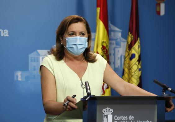 La consejera de Educación, Cultura y Deportes, Rosa Ana Rodríguez, atiende a los medios de comunicación en la sala de prensa institucional de las Cortes de Castilla-La Mancha.