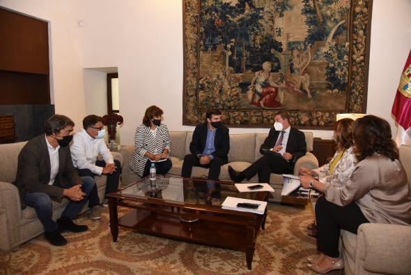 Reunión con representantes de las empresas NYECPLAST S.L. y SER-VIZIberica S.A.