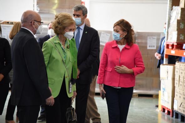 La consejera de Bienestar Social, Aurelia Sánchez, a S.M. la Reina Doña Sofía en su visita al Banco de Alimentos de Toledo.