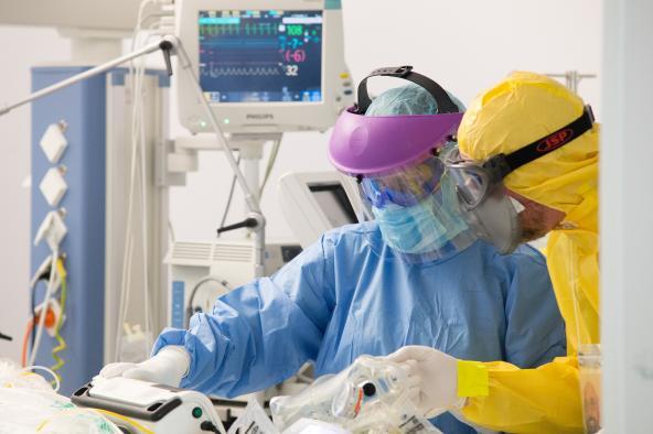 Continúa la reducción de hospitalizados por COVID-19, tanto en cama convencional como en UCI en Castilla-La Mancha