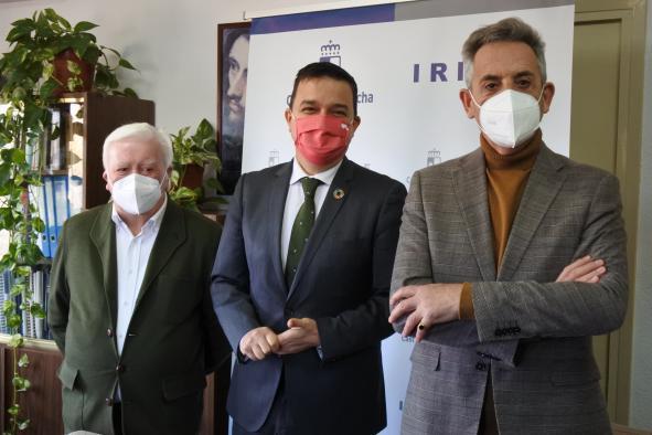 El consejero de Agricultura, Agua y Desarrollo Rural, Francisco Martínez Arroyo, firma en calidad de presidente del IRIAF un convenio de colaboración con AGRAMA.