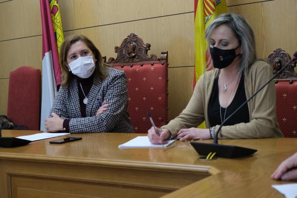 La consejera de Educación, Cultura y Deportes, Rosa Ana Rodríguez, visita la localidad de Seseña donde mantiene una reunión con la alcaldesa, Silvia Fernández.