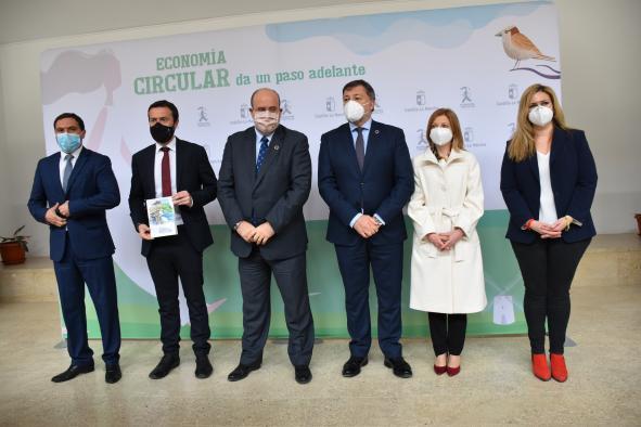 El vicepresidente del Gobierno de Castilla-La Mancha, José Luis Martínez Guijarro, y el consejero de Desarrollo Sostenible, José Luis Escudero, presentan la 'Estrategia de Economía Circular de Castilla-La Mancha'