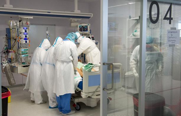 Los pacientes COVID ingresados en UCI en Castilla-La Mancha descienden al mismo número de la pasada Nochebuena