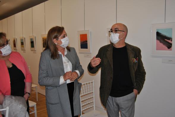 La consejera de Educación, Cultura y Deportes, Rosa Ana Rodríguez, en la inauguración de la exposición de Canogar en el Museo 'Infanta Elena' de Tomelloso