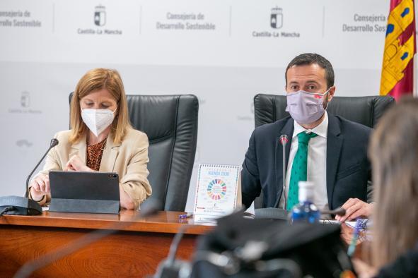 El consejero de Desarrollo Sostenible, José Luis Escudero, informa, en rueda de prensa, junto a la directora general de economía circular, Marta Gómez, sobre la convocatoria de ayudas del 'Plan PIMA Cambio Climático'.