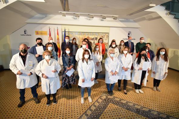 La consejera de Economía, Empresas y Empleo, Patricia Franco, entrega los diplomas a los alumnos y alumnas que han superado el curso de Competencias Clave