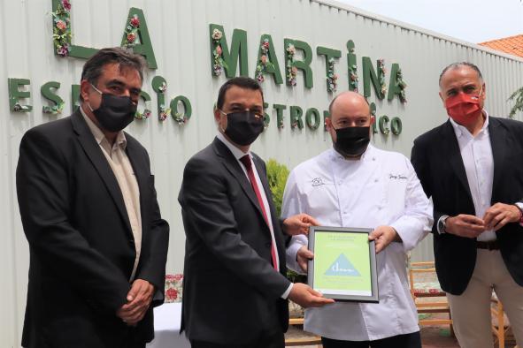 El consejero de Agricultura, Agua y Desarrollo Rural entrega el reconocimiento de establecimiento adherido a la Dieta Mediterránea al restaurante La Martina