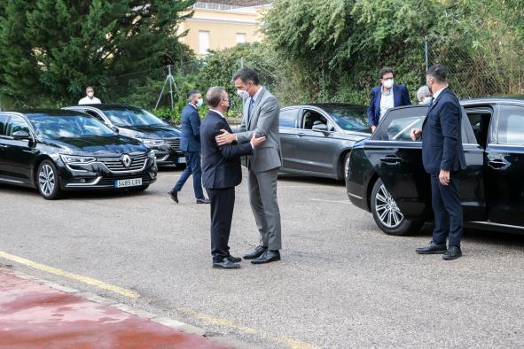 El jefe del Ejecutivo autonómico, Emiliano García-Page, visita, junto al presidente del Gobierno de España, Pedro Sánchez, el servicio de vacunación centralizada de Guadalajara