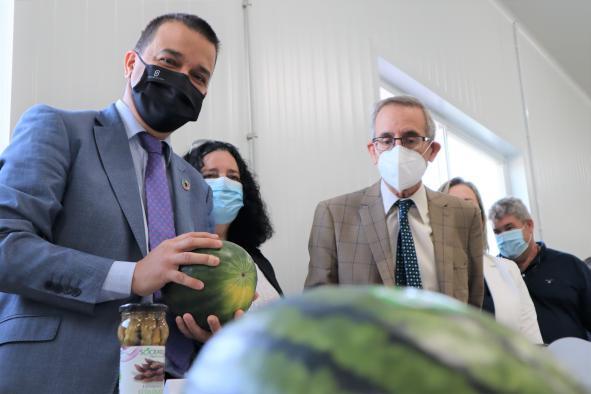 El consejero de Agricultura, Agua y Desarrollo Rural, Francisco Martínez Arroyo, visita el Ayuntamiento de Camuñas y las instalaciones de la empresa 'Sócrates Agrícola S.L.