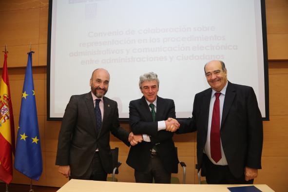 Leandro Esteban. Firma convenio con Consejo General Gestores Administrativos España