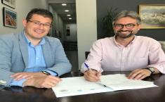 Firma del acta de cesión de una vivienda de la Junta al Ayuntamiento de Alcalá del Júcar