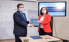 El consejero de Fomento, Nacho Hernando, firma con la alcaldesa de Alcázar de San Juan, Rosa Melchor, un convenio en materia de vivienda